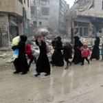 Tüntetnek Aleppóért az orosz követség előtt