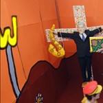 Macaulay Culkint Kurt Cobainként feszítik keresztre, oldalán Bill Clinton szaxizik