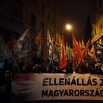 """""""Fidesz pártszékház"""" - felmatricázták az ellenzéki tüntetők az ÁSZ székházát"""