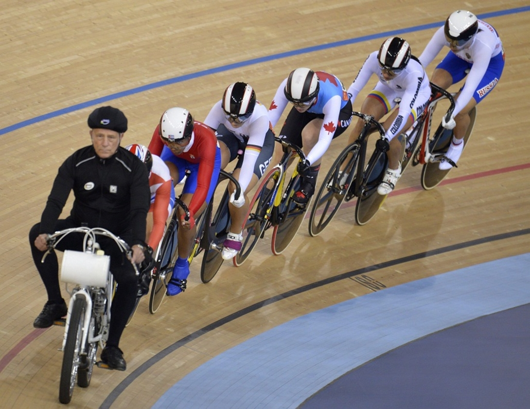 Az élen egy motorkerékpáros diktálja a tempót a versenyzőknek a londoni nyári olimpia pálykerékpáros versenyei női keirinjének egyik előfutamában.
