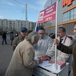 Péterfalvi: tilos becsöngetni lakásokba aláírásokat gyűjtve