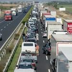 Kamion szakította át a szalagkorlátot, teljes útzár van az M1-es autópályán