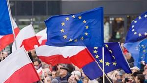 Szja-mentességet kapnak a lengyel fiatalok, csak ne vándoroljanak ki