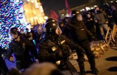 Igazoltatták a rendőrök egy belvárosi kocsma vendégeit az esti tüntetés után - videó