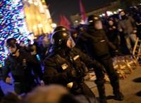 Ki a nagyobb keresztény a Kossuth téri karácsonyfa körül: a kormány vagy a tüntetők?