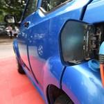 Évi 215 ezret fizethet az ausztrál áramszolgáltató annak, aki töltőn hagyja az autóját