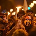 Több mint tízezren vonultak fáklyákkal az Urániához az SZFE hallgatóinak hívására