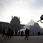 Gyanús táska miatt kiürítették a párizsi Louvre udvarát