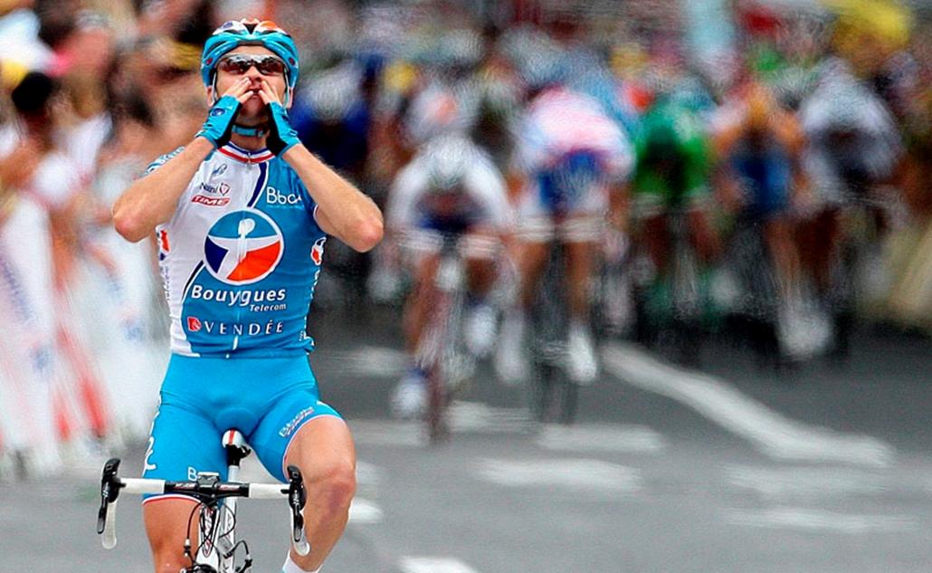 A francia Thomas Voeckler ünnepel, amint elsőként ér célba a 96. Tour de France dél-franciaországi Le Cap dAgde és Perpignan közötti 196,5 kilométeres szakaszán