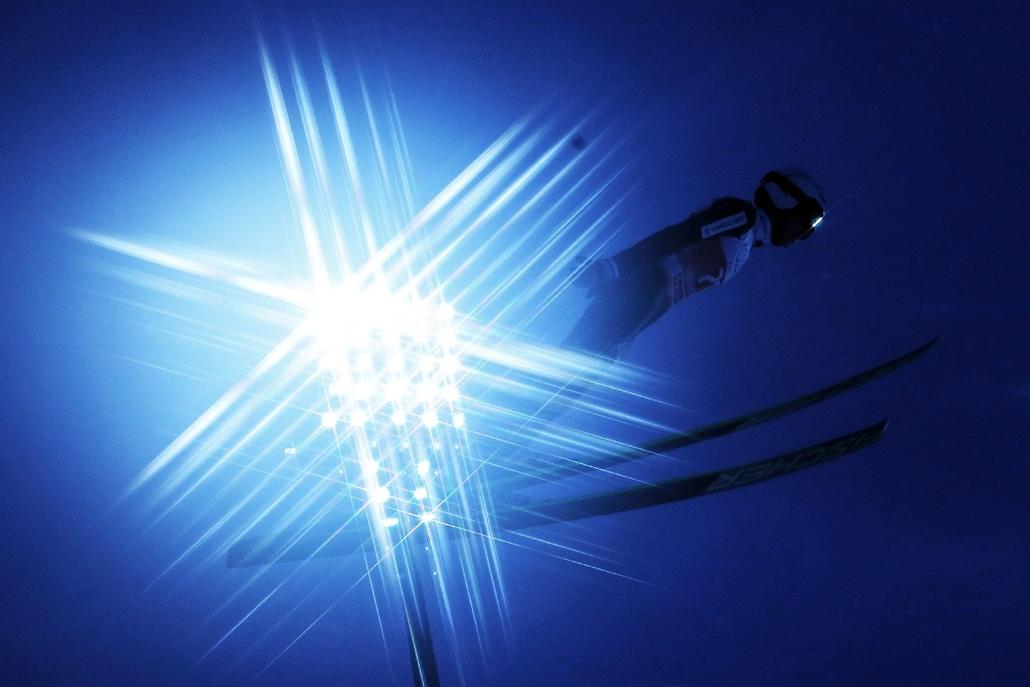 epa.14.12.27. - Oberstdorf, Németország: a svájci Simon Ammann a 63. síugró négysáncverseny első, obersdorfi viadalának edzésén. - 7képei, síugrás