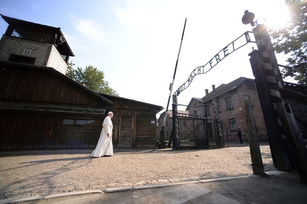 hét képei - afp.Ferenc pápa az egykori auschwitz-birkenaui koncentrációs tábor főkapujában a lengyelországi Oswiecimben 2016. január 29-én, ötnapos lengyelországi zarándoklatának harmadik napján. A római katolikus egyházfő a krakkói katolikus Ifjúsági Vil