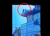 Videón, ahogy a rendőrök megmentik a kecskeméti plázáról leugrani készülő férfit