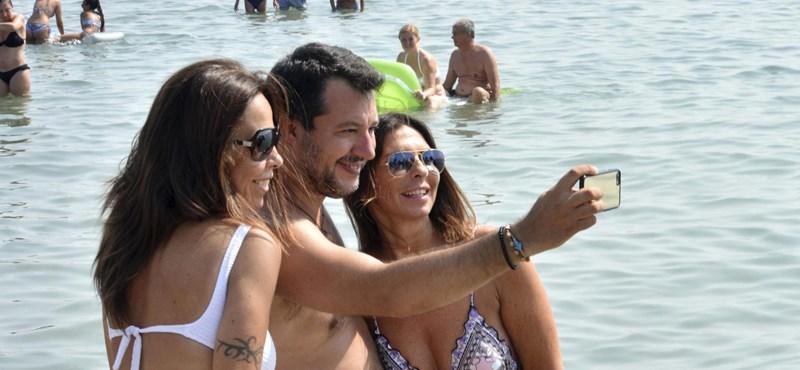 Matteo Salvini tengerparti szelfizéssel vette semmibe a távolságtartást