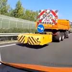 Videón mutatja a közútkezelő, hogyan veszélyezteti egy autós a munkatársaikat