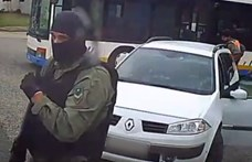 Kamu egyenruhában, fegyverrel rabolt ki egy sofőrt három férfi – videó
