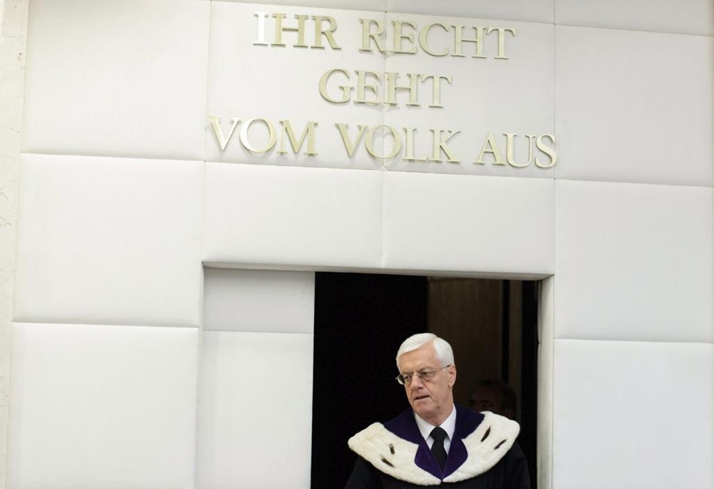 epa.16.07.01. - Gerhart Holzinger, az osztrák alkotmánybíróság elnöke érkezik az osztrák elnökválasztás érvényességét kétségbe vonó szabadságpárti beadvány ügyében hozott ítélet kihirdetésére Bécsben 2016. július 1-jén. A testület a szavazatszámlálás sorá
