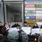 Fotók: flashmob Bayer Zsolt cigányozós cikke miatt