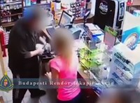 Videón, ahogy kirabolnak egy Práter utcai dohányboltot