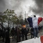 Bankot gyújtottak fel a párizsi tüntetők, a rendőrség könnygázzal oszlatott