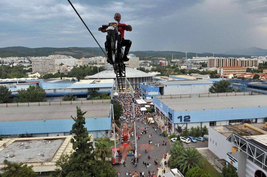 afp.14.09.08. - Thessaloniki, Görögország: mutatványosok a Thessaloniki Nemzetközi Vásáron (TIF). - 7képei