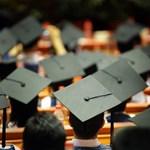 Furcsa figyelmeztetést kaptak a frissen végzett diplomások