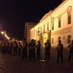 Lex CEU: rendőrök jelentek meg az egyik tüntető párnál és egyiküket elvitték