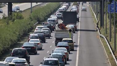 Ha a Balatonra indulna, akkor kerülje el az M7-est Érdnél, mert baleset történt