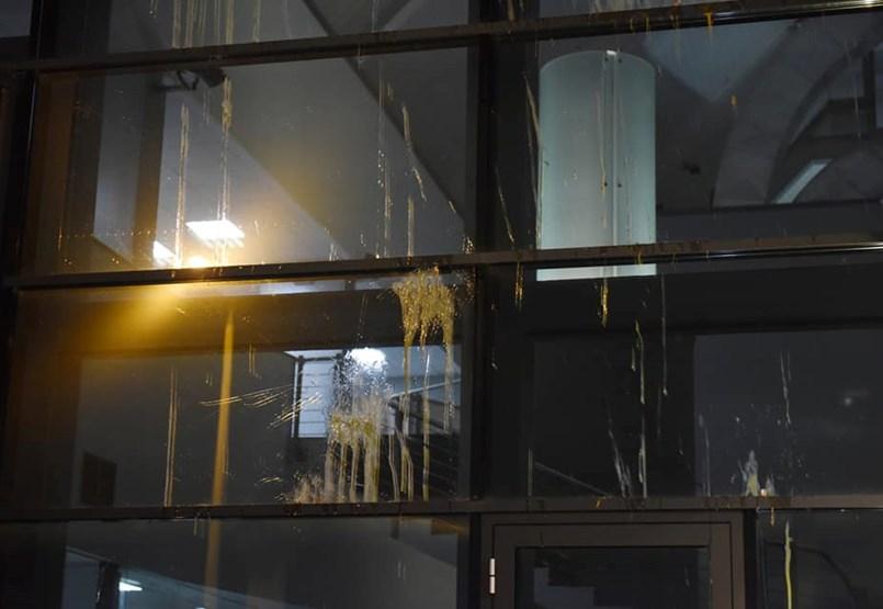 Tojással dobálták meg a jobbikosok a köztévé épületét, Hadházy Ákos is oda hirdetett meg tüntetést - ÉLŐ