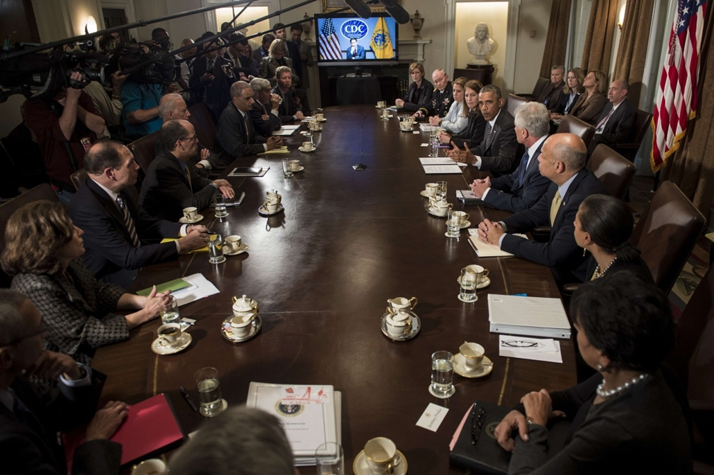 afp. hét képei - Egyesült Államok, Washington, 2014.10.15. Cabinet members and others listen as US President Barack Obama (R) makes a statement for the press after a meeting in the Cabinet Room of the White House October 15, 2014 in Washington, DC.  Obama