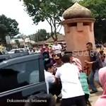 Videók kerültek ki a netre, ahogy kétszer is hasba szúrják az indonéz minisztert