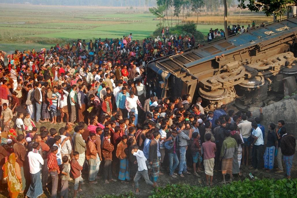 hét képei nagyítás 1202-1207 - 2013.12.04. Banglades, Gaibandha, kisiklott vonat
