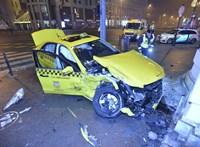 Személyautó és taxi ütközött az Andrássy úton, csak a járdán álltak meg – fotók
