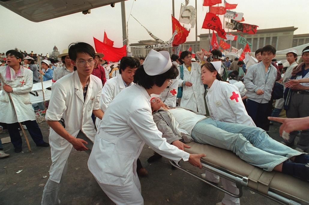 afp Tienanmen tér NAGYÍTÁS 1989. május 17. Egy diák rosszul lett az ötödik napja tartó éhségsztrájk közben, Peking Tienanmen tér