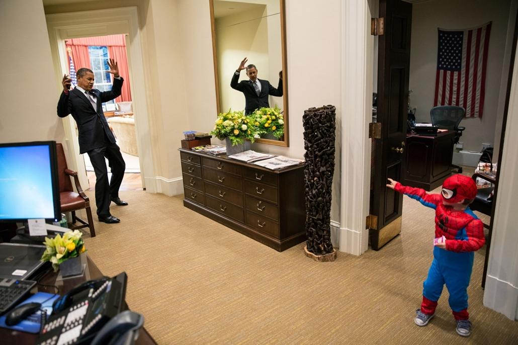 lehetőleg ne - flickrCC_! - 12.10.26. - Halloween a Fehér Házban 2012. október 26-án. - Barack Obama nagyítás