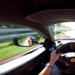 Tényleg Superfast az új Ferrari: 320-szal szalad az autópályán