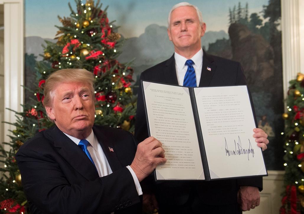 afp.17.12.06. - Donald Trump amerikai elnök muntatja az álltala aláírt nyilatkozatot az itraeli nagykövetség Jeruzsálembe helyezésén