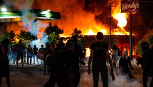 Felgyújtották az atlantai éttermet, ahol rendőrök agyonlőttek egy fekete férfit