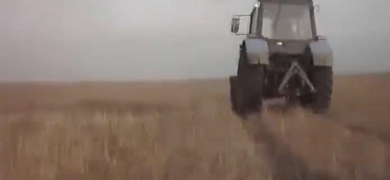Autós üldözés orosz módra: traktorral menekült a rendőrök elől