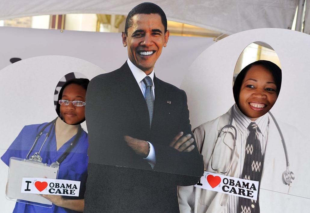 afp.12.09.03. Nők pózolnak egy táblával, mely az Obama nevéhez fűződő egészségreformra reflektál. 2012. szeptember 3.,  Észak-Karolina.
