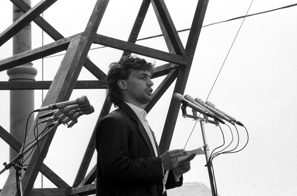 Orbán Viktor, Budapest, 1989. június 16. Orbán Viktor egyetemi hallgató a magyar ifjúság nevében beszél Nagy Imre és mártírtársai temetésén a Műcsarnok előtti ravatalnál. A gyásznapon, 1989. június 16-án Nagy Imrére és sorstársaira emlékeztek a Hősök teré
