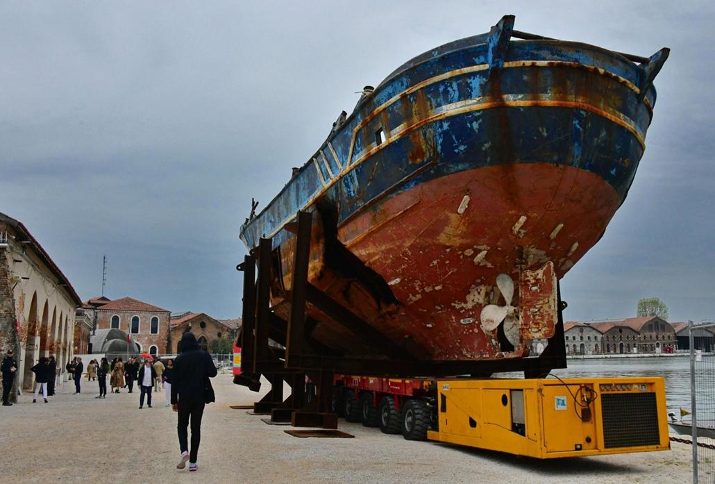 kka. Nagyítás 58. Velencei Biennálé A svájci-izlandi művész, Christoph Buechel műalkotása a Barca Nostra - egy eredetileg 16 személyes halászhajó, mely a fedélzetén 800 menekülttel süllyedt el a Földközi-tengeren