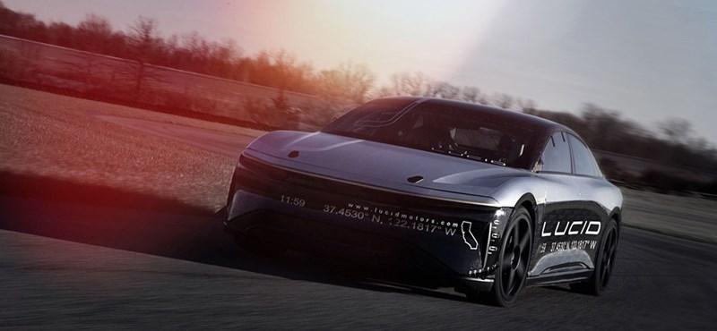 Most jön az a divat, hogy minden új elektromos autót versenypályára visznek – videó