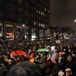 """""""A kultúra nem a politikusoké"""" Ezrek tüntettek a színházak szabadságáért – percről percre"""