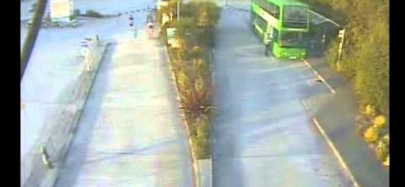 Direkt szabadít el egy férfi egy buszt - videó