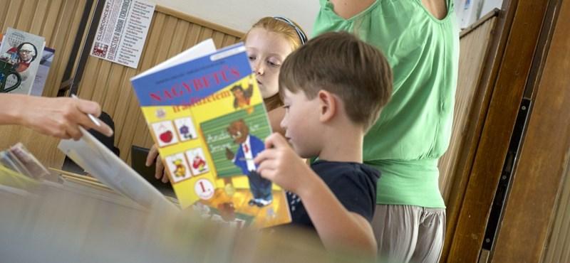 Nem tudják, nem mondják meg, mitől lesz ingyen a tankönyv az iskolákban