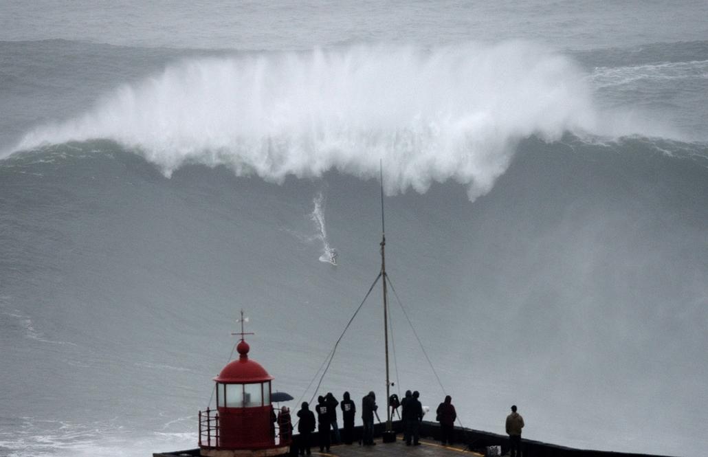 13.10.28. - Nazare, Portugália: a brazil hullámszörfös, Carlos Burle érkezése - évképei, az év sportképei