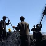 Akik napi 1500 forintért lapátolják a szenet - Nagyítás-fotógaléria