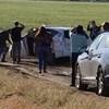 """Közel 100 autós akadt el a sárban a semmi közepén, mert a Google Maps """"tudott"""" egy rövidebb utat"""