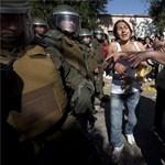Lecsaptak a rendőrök a tüntető diákokra Chilében