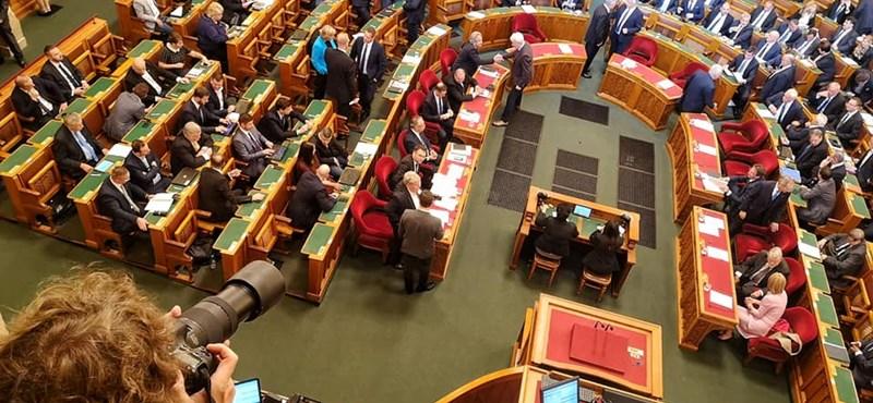 Megszavazták az örökbefogadási törvény módosítását, nem lesz kötelező a tanfolyam